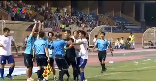 Bóng đá Việt Nam đang hỗn loạn vì ban trọng tài ở V-League